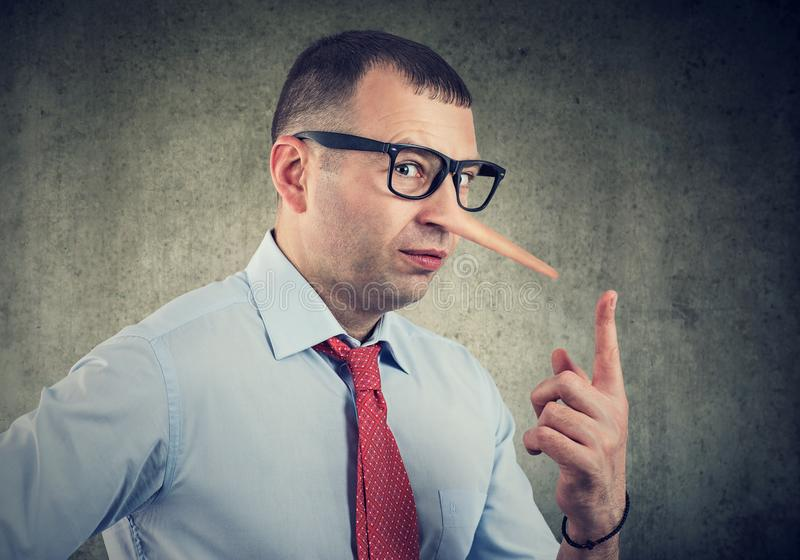 Un uomo d'affari del bugiardo e un consulente finanziario fotografia stock libera da diritti