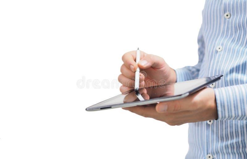 Un uomo d'affari maschio che tiene una compressa in sua mano Concettuale Facendo uso della compressa con la penna astuta digitale immagini stock libere da diritti