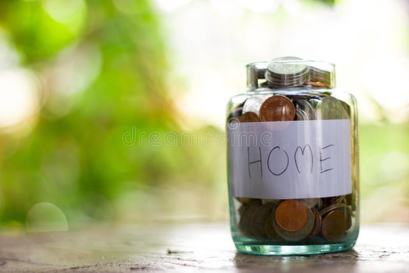 Un uomo deve risparmiare i soldi per comprare una casa immagine stock libera da diritti