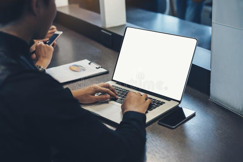 Un uomo di affari è analizzante e progettante un affare con l'informazione disponibile fotografie stock