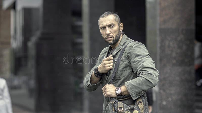 Un uomo di affari che cammina giù la via in una città europea fotografia stock