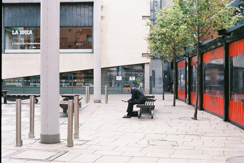 Un uomo di affari sta sedendosi sul banco nella barra del tempio, Dublino, Irlanda 2015 09 30 fotografie stock libere da diritti