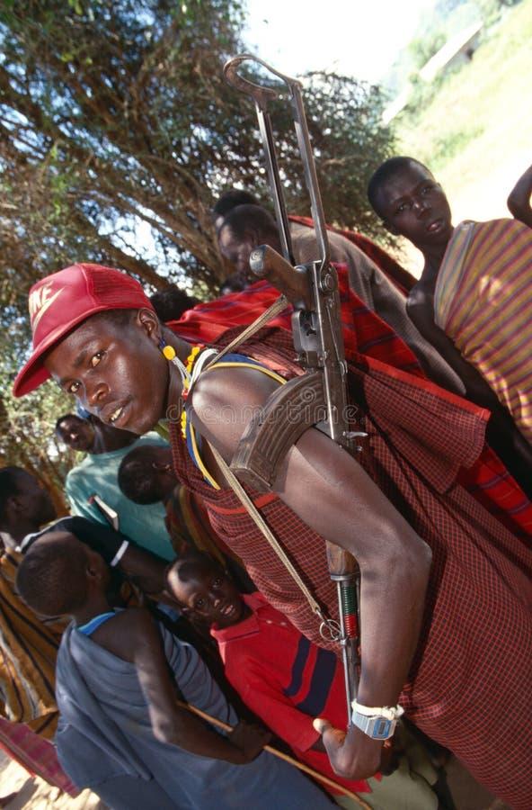 Un uomo di Karamojong con una pistola, Uganda fotografia stock