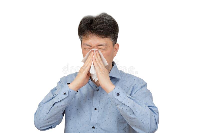 Un uomo di mezza età che soffre dalla rinite su fondo bianco immagini stock
