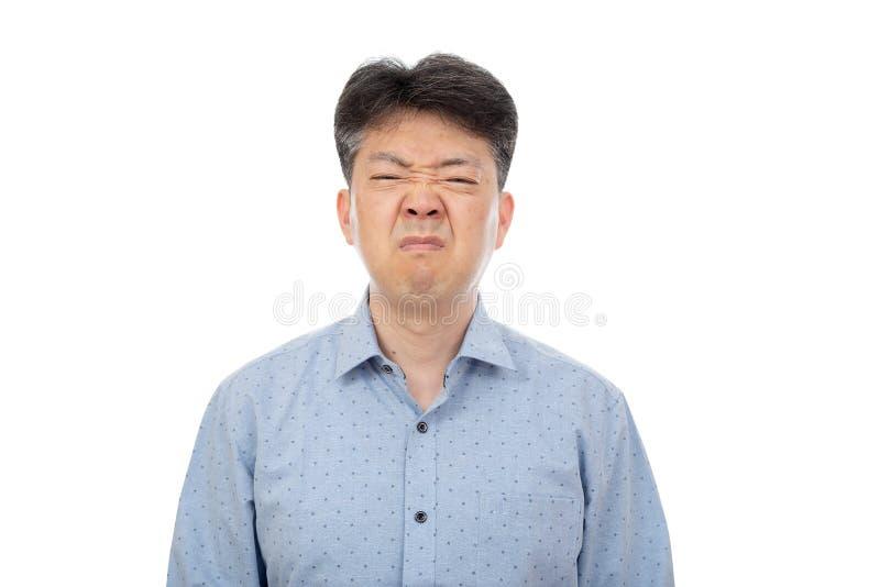 Un uomo di mezza et? che soffre dalla rinite su fondo bianco fotografia stock