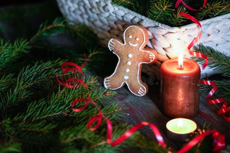 Un uomo di pan di zenzero con le decorazioni di Natale ed i lotti del reggiseno dell'abete fotografia stock