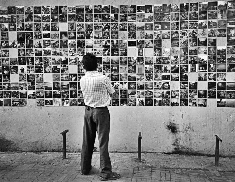 un uomo e le sue memorie fotografie stock