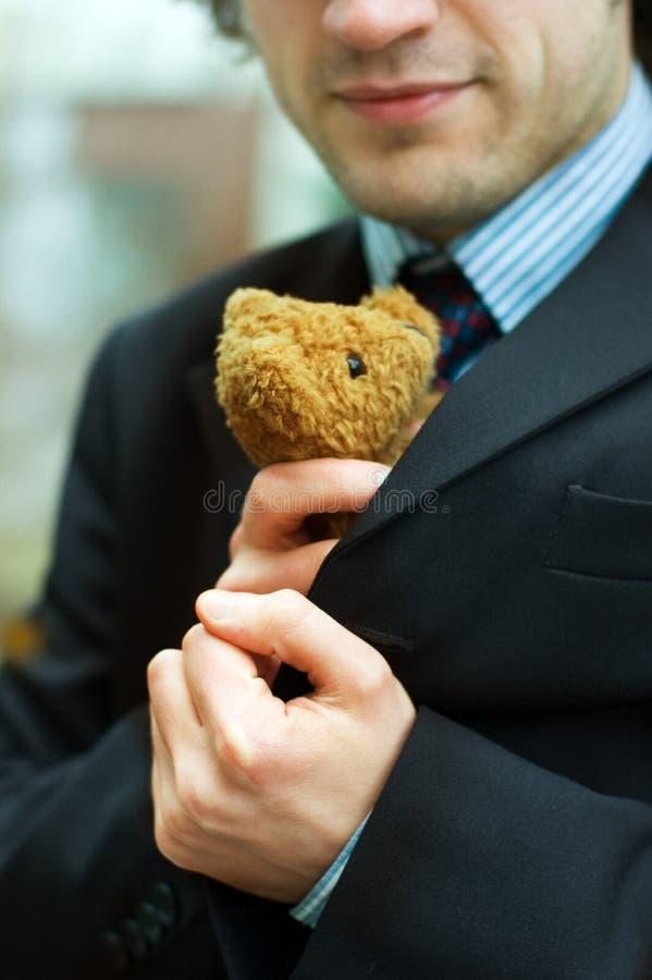 Un uomo e un orso di orsacchiotto immagine stock libera da diritti