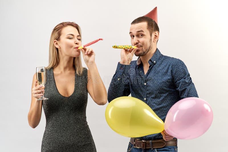 Un uomo e una donna abbastanza giovani delle coppie con un'emozione felice per celebrare la festa, compleanno, nuovo anno, congra immagini stock