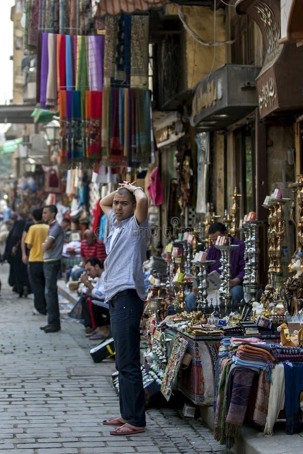 Un uomo egiziano sta fuori del suo negozio bazar di ili in Khan el Khal ' a Il Cairo, Egitto fotografie stock libere da diritti