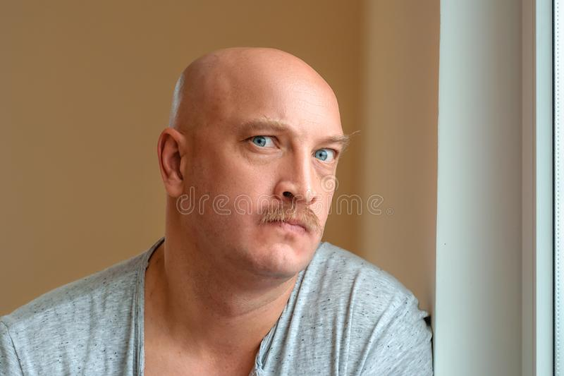 Un uomo emozionale con le espressioni facciali differenti dei baffi sul fronte fotografia stock libera da diritti