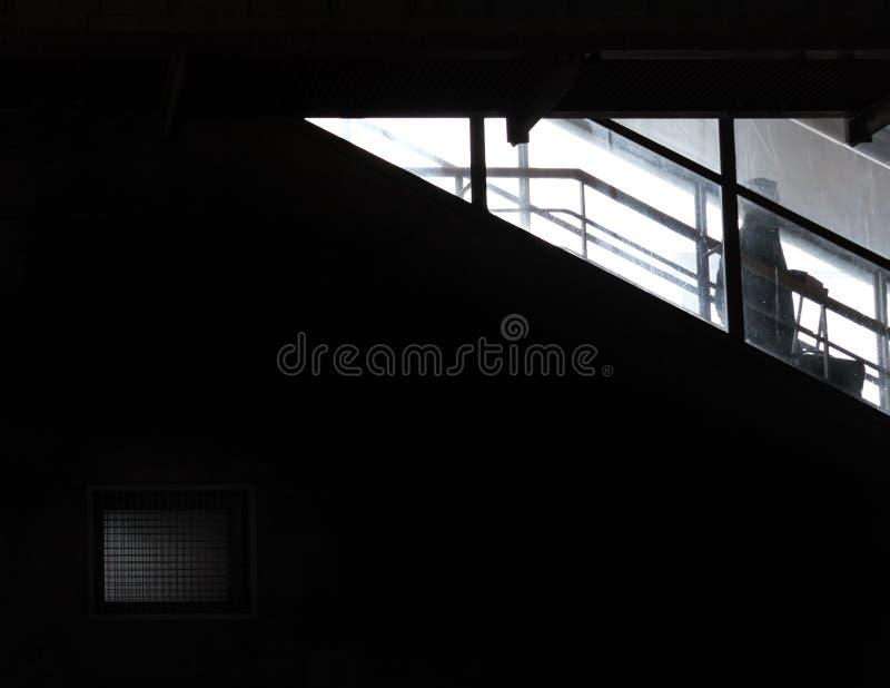 Un uomo entra giù in oscurità fotografia stock