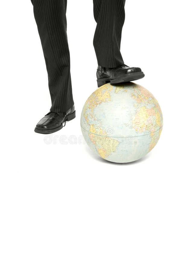 Un uomo fa un passo su un globo fotografia stock