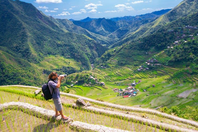Un uomo fotografa il paesaggio Terrazzi del riso nel Philippine fotografia stock libera da diritti
