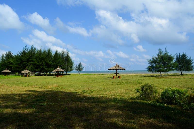 Un uomo ha fatto la baracca ha creato su una spiaggia sulle isole di andamane, India immagini stock libere da diritti