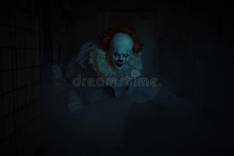 Un uomo a immagine di un clown è in ombra immagine stock