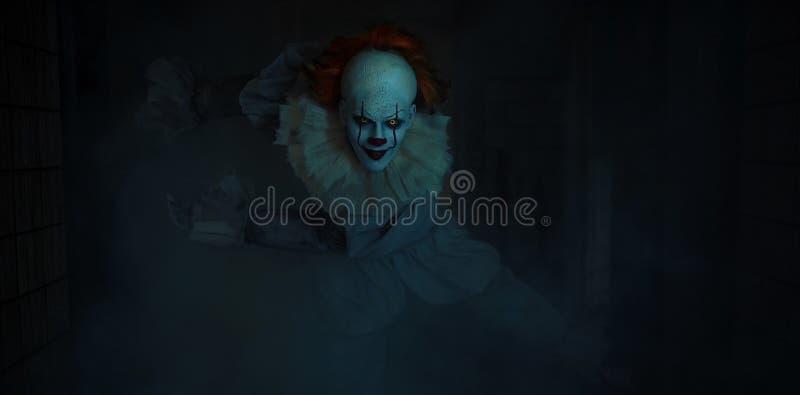 Un uomo a immagine di un clown è in ombra immagini stock