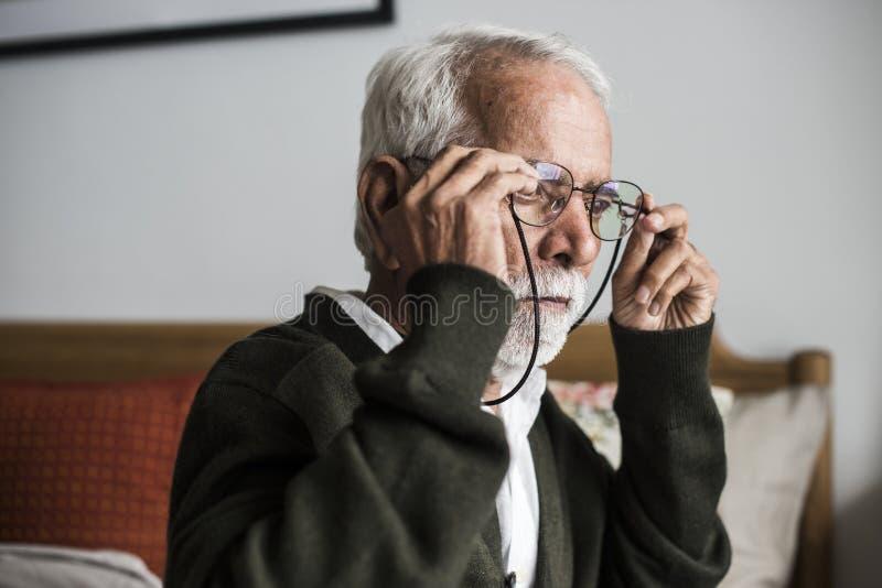 Un uomo indiano anziano alla casa di pensionamento immagini stock