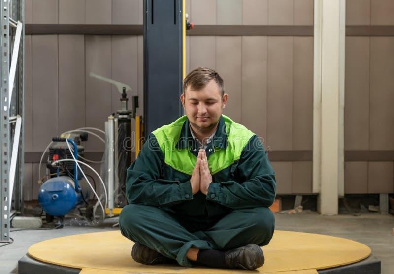 Un uomo medita dopo il lavoro di una giornata campale immagine stock