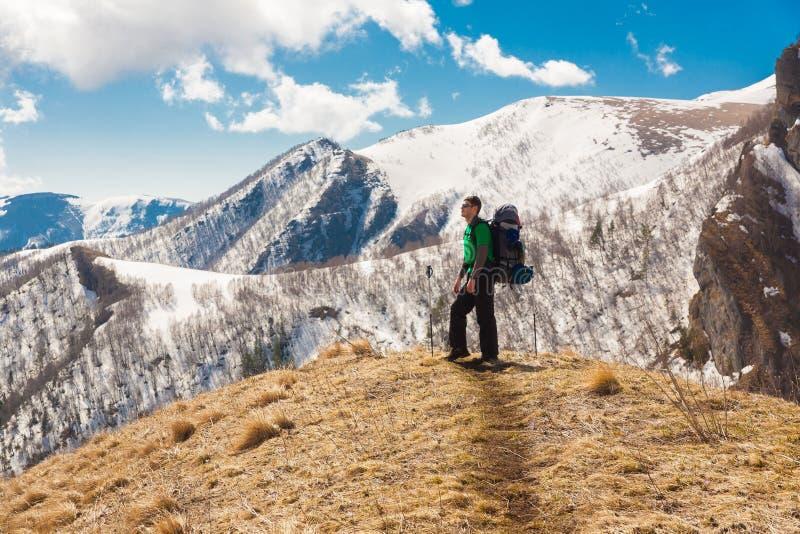 Un uomo nell'inverno di giorno della montagna unico immagini stock