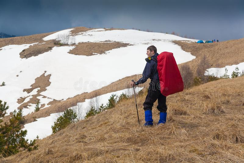 Un uomo nell'inverno di giorno della montagna unico immagine stock