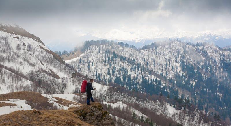 Un uomo nell'inverno di giorno della montagna unico immagine stock libera da diritti