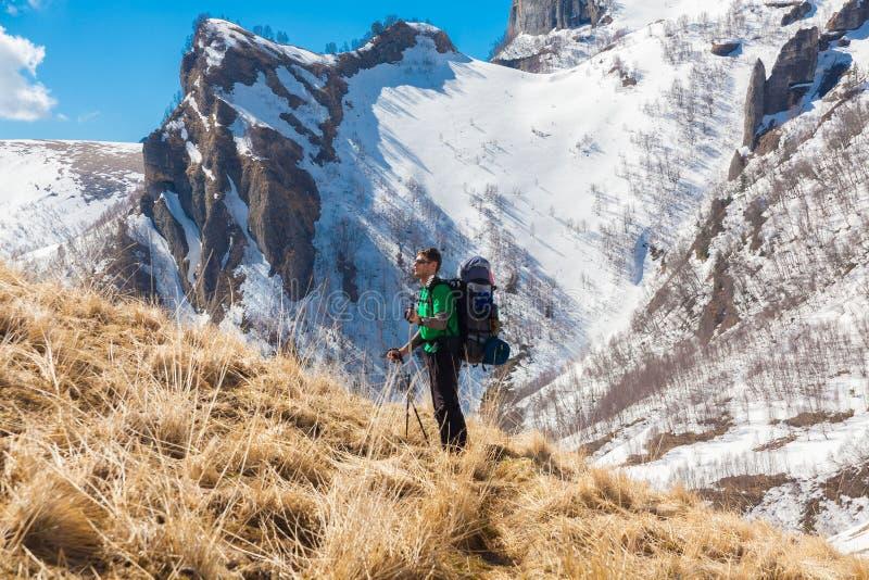 Un uomo nell'inverno di giorno della montagna unico immagini stock libere da diritti