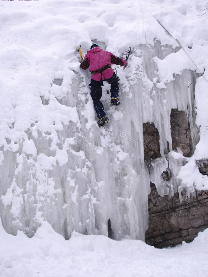 Un uomo nella scalata del ghiaccio di inverno fotografia stock libera da diritti