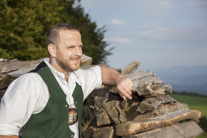 Un uomo in panno tradizionale bavarese fotografie stock libere da diritti