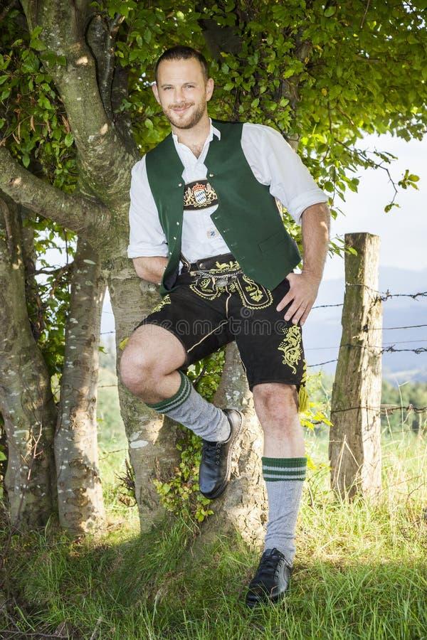 Un uomo in panno tradizionale bavarese immagine stock libera da diritti
