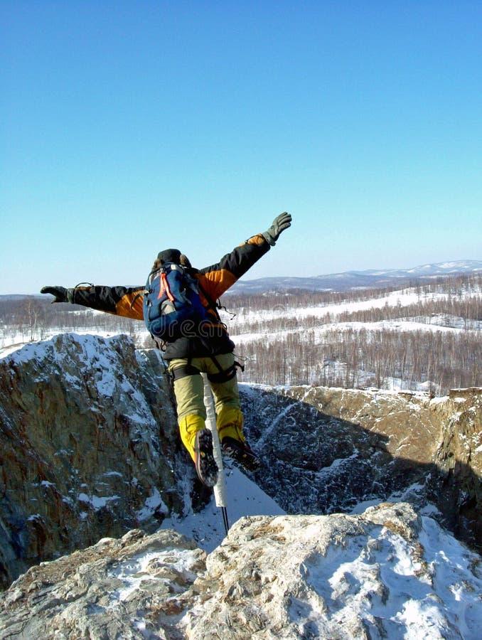 Un uomo salta dal bordo della scogliera nell'abisso immagini stock libere da diritti