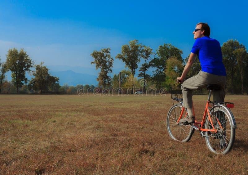 Un uomo si esercita su una bicicletta immagine stock libera da diritti