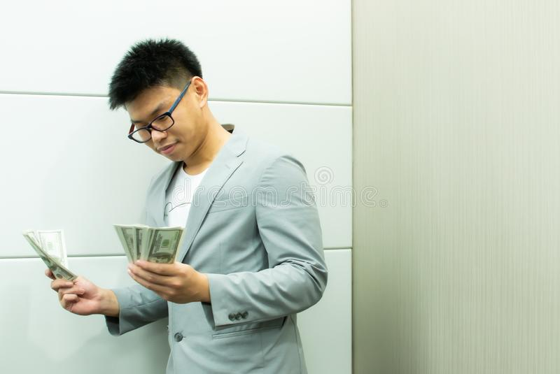 Un uomo sta tenendo le banconote fotografia stock