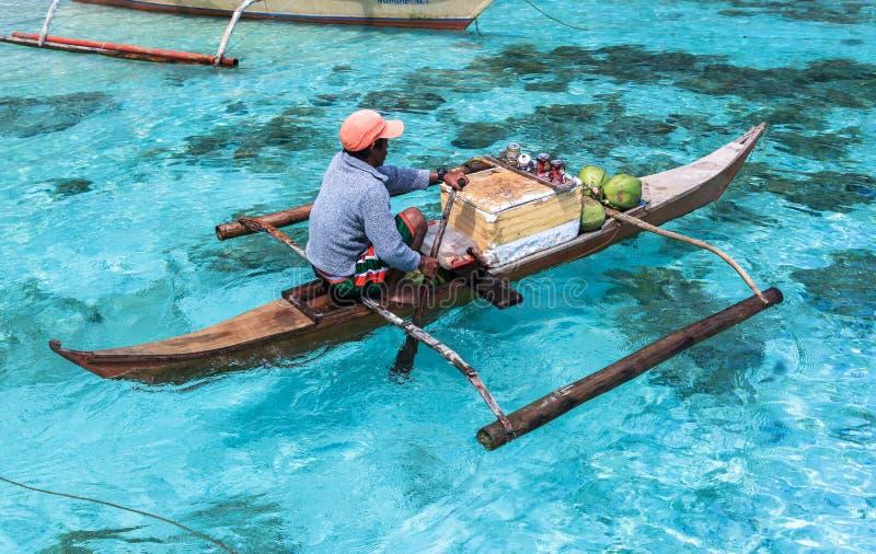Un uomo su piccolo paraw al mare del EL Nido, Filippine fotografia stock