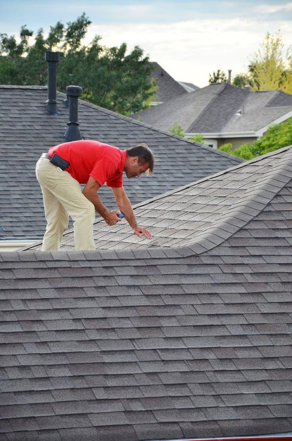 Un uomo su un tetto fotografia stock