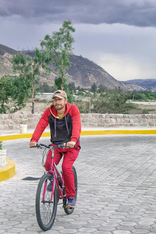 Un uomo su una bicicletta all'aperto, giri lungo la strada Eventi di sport, guida di sport Nei precedenti è un bello paesaggio immagine stock libera da diritti