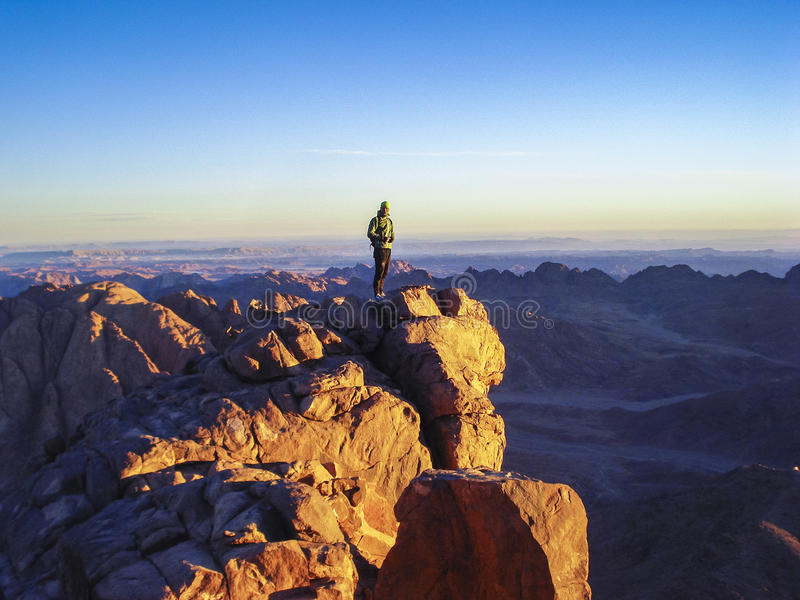 Un uomo su una cima della montagna immagini stock libere da diritti