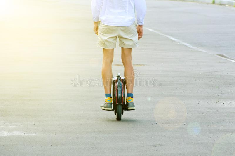 Un uomo su una mono-ruota immagine stock libera da diritti