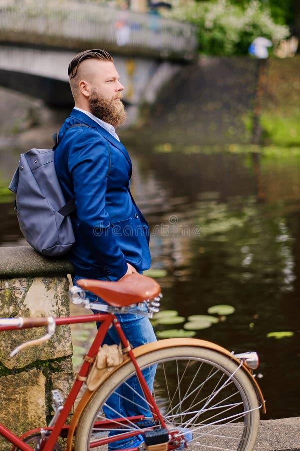 Un uomo su una retro bicicletta in un parco immagine stock
