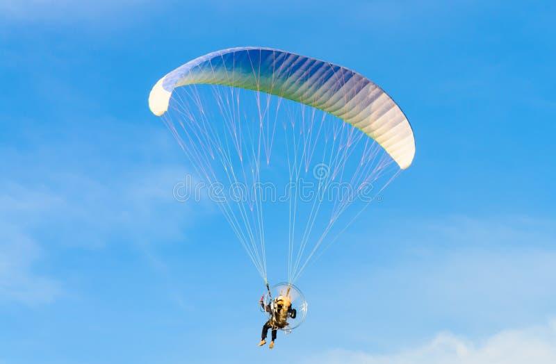 Paramotor sul cielo luminoso blu fotografie stock
