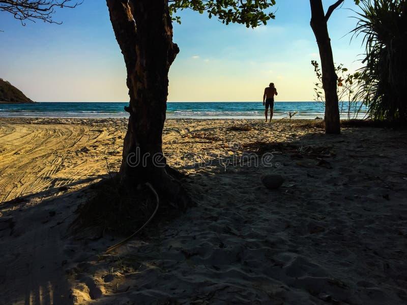 Un uomo sulla spiaggia fotografie stock