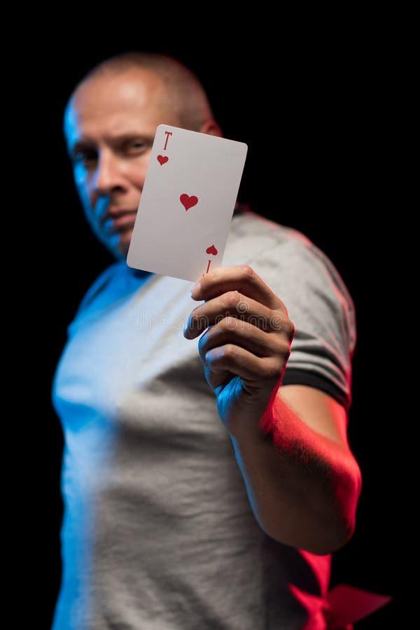 Un uomo tiene una piattaforma delle carte del gioco fotografia stock libera da diritti