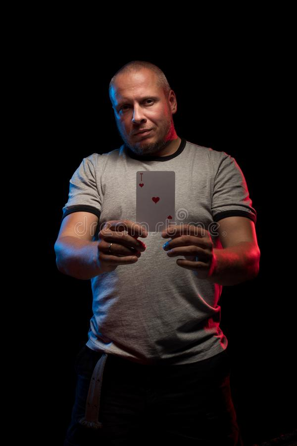 Un uomo tiene una piattaforma delle carte del gioco immagini stock