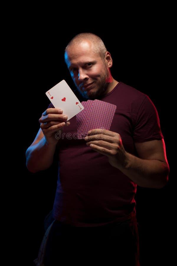 Un uomo tiene una piattaforma delle carte del gioco immagini stock libere da diritti
