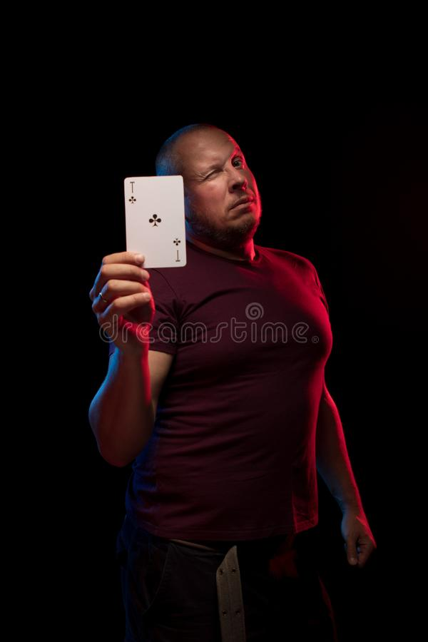 Un uomo tiene una piattaforma delle carte del gioco immagine stock libera da diritti