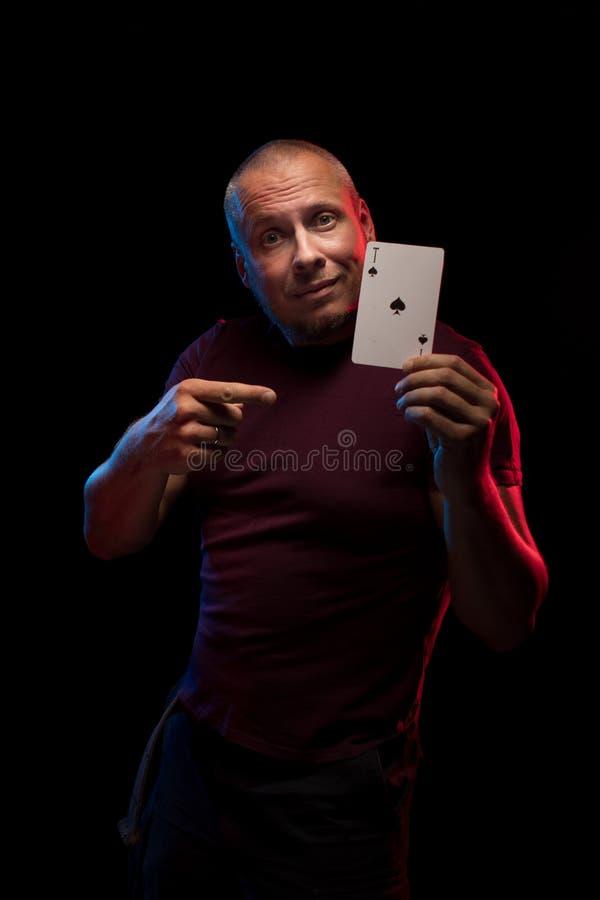 Un uomo tiene una piattaforma delle carte del gioco fotografie stock
