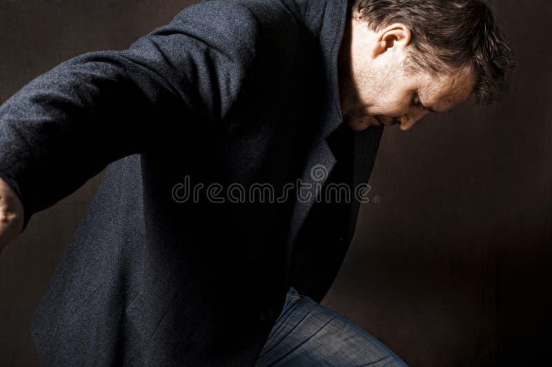Un uomo in un rivestimento fotografia stock
