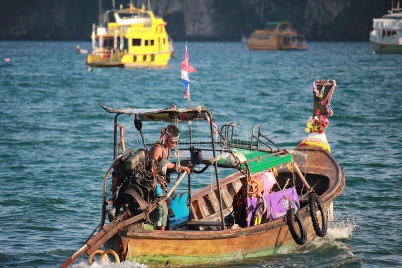 Un uomo in una barca immagine stock