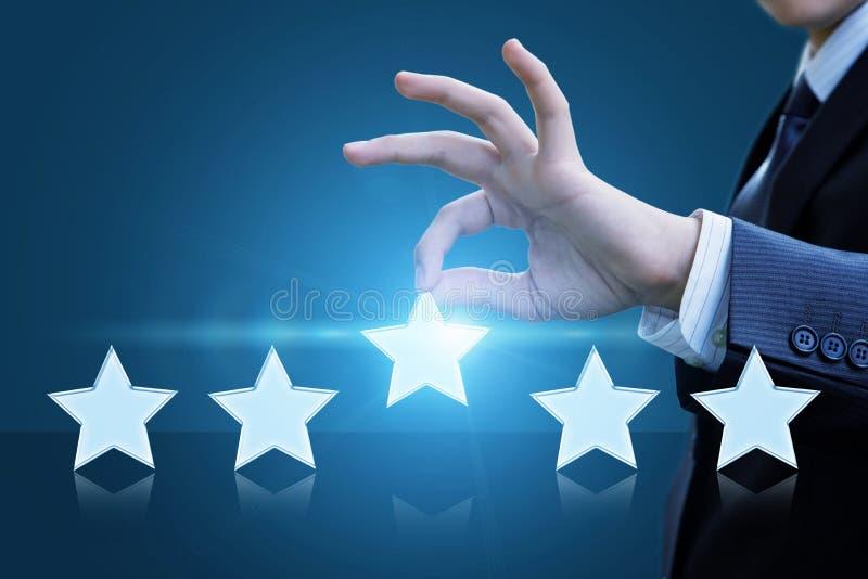 Un uomo valuta il servizio e le elasticità cinque stelle immagini stock libere da diritti