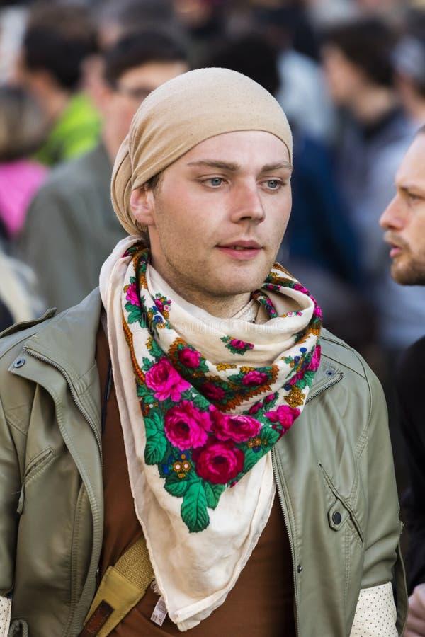 Un uomo in vestiti femminili che assistono alla dimostrazione sul quadrato di Praga Wenceslas contro il governo corrente immagini stock libere da diritti